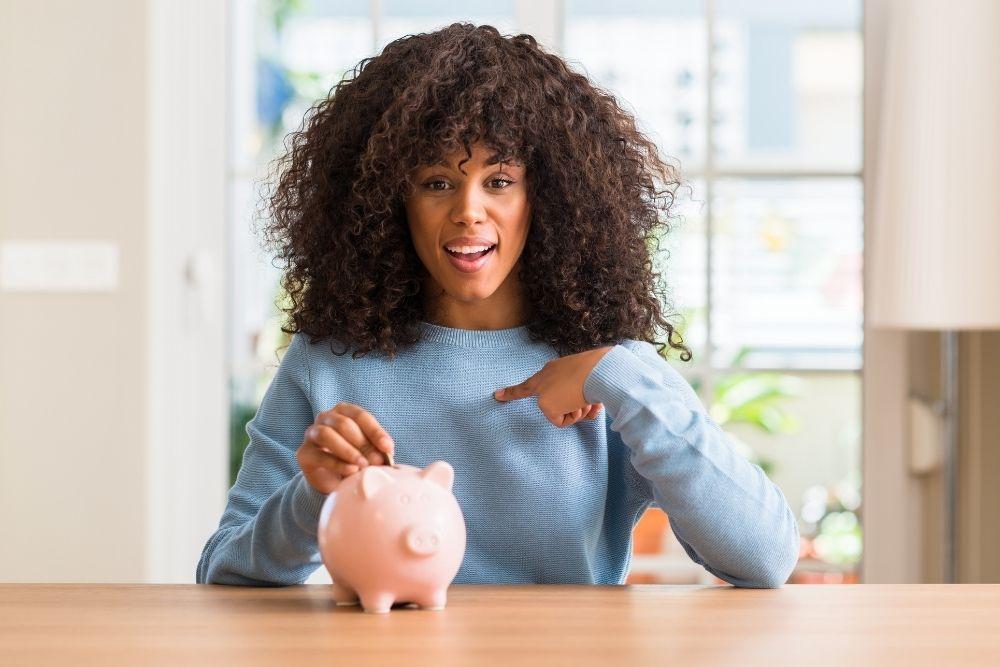 Como juntar dinheiro ganhando pouco? A gente ensina