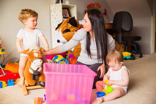 Ser babá pode ajudar um desempregado a ganhar um dinheiro extra