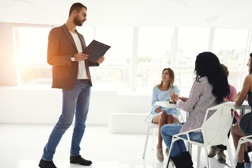 Um desempregado pode fazer várias coisas diferentes para ganhar dinheiro