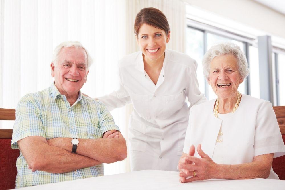 Como ganhar dinheiro em casa cuidando de idosos