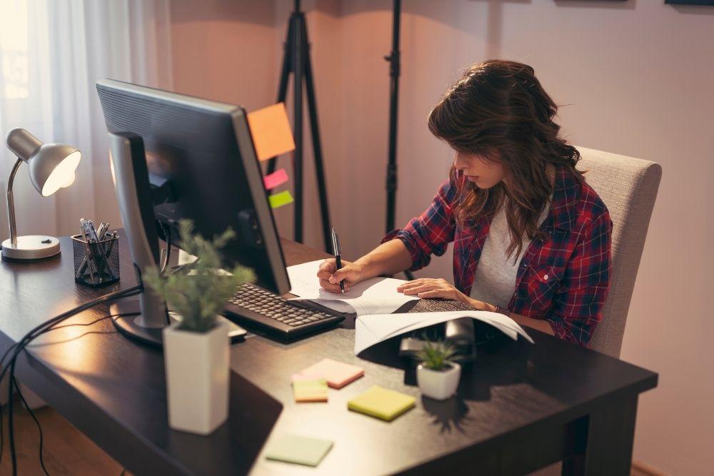 Escolha e cuide bem do seu espaço home office: ele será seu companheiro na busca por como ganhar dinheiro em casa