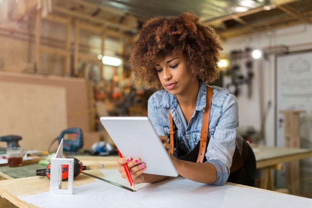 Características de um bom negócio - Mulher Estudando