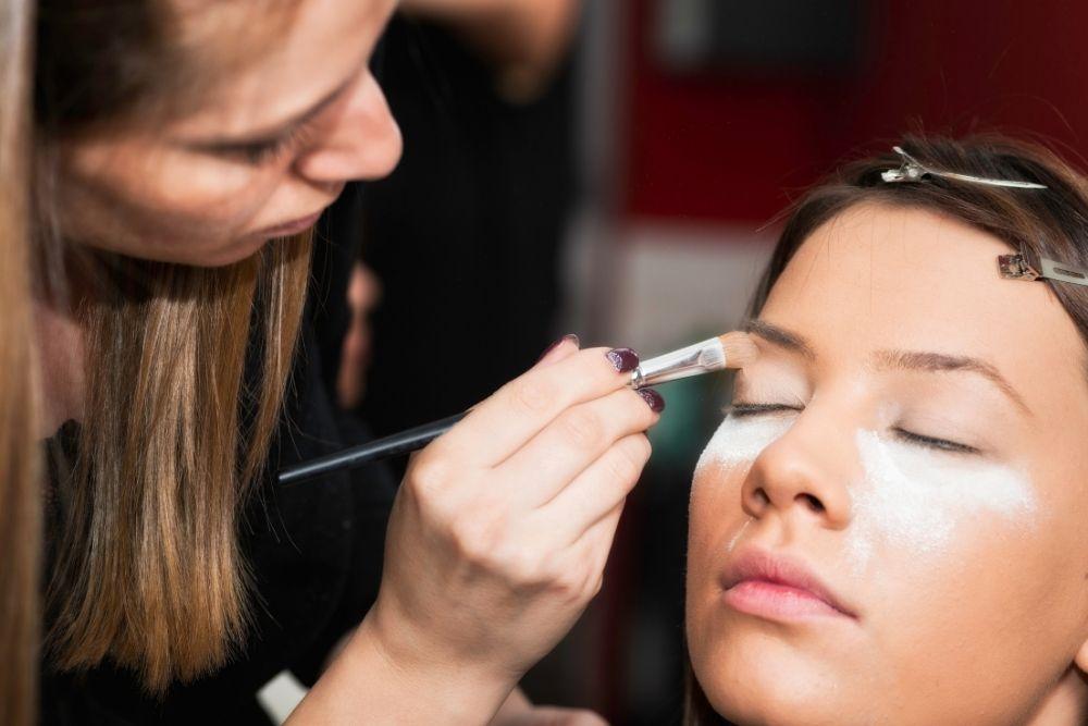 Como montar um salão de beleza - Invista em maquiagem