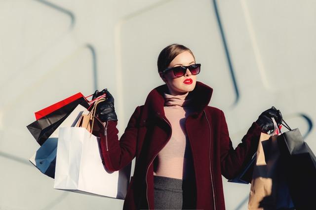 Como vender pela internet mulher com sacolas